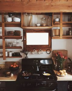 amazing design for open shelving Slow Living, Cabin Homes, Tiny Homes, Cozy House, Cozy Cabin, Kitchen Dining, Cozy Kitchen, Open Kitchen, Rustic Kitchen