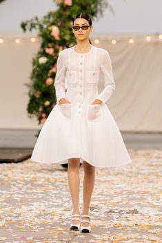 Chanel Spring 2021 Couture – Classy and fabulous way of living Haute Couture Looks, Style Couture, Haute Couture Fashion, Chanel Couture, Boutique Haute Couture, Fashion Week, Runway Fashion, High Fashion, Fashion Show