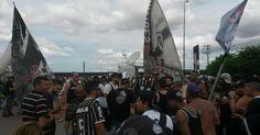 A torcida do Corinthians não conseguiu recepcionar o elenco campeão brasileiro no aeroporto, devido a orientação policial. Com isso, os corintianos se reun...