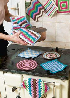 Her får du oppskrifter på ni flotte grytekluter du kan hekle til hus og hytte, til gaver og til pynt. Crochet Potholder Patterns, Bunt, Pot Holders, Knit Crochet, Kids Rugs, Blanket, Knitting, Cotton, Crafts