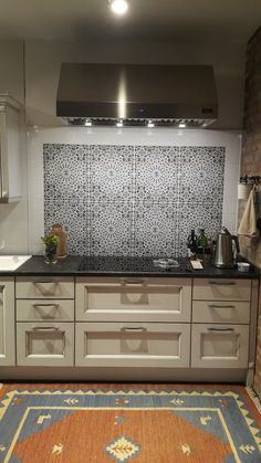 Marokkanische Fliesen  Original Marokkanische WandFliesen mit geometrischen, zellige und Blumenmustern - viel besser als Fliesenaufkleber.   #wandfliesen #marokkanische #fliesen #innenarchitektur #moroccantiles #marocchine #piastrelle #zellige #keramikfliesen #wohnideen Kitchen Wall Tiles, Bathroom Wall, Kitchen Backsplash, Small Bathroom, Kitchen Cabinets, Moroccan Kitchen, Moroccan Art, Moroccan Tiles, Tile Art
