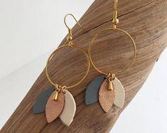 """Boucles d'oreilles """"Les poudrées"""" cuir sur monture dorée"""