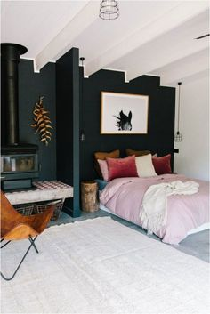 Beautiful Bedroom - great colour scheme, strong colour contrasts with black wall, white ceiling, pink bedspread cover Pink Bedspread, Pink Bedding, Diy Home Decor For Apartments, Interior Design Minimalist, Black Walls, Black Bedroom Walls, Dark Cozy Bedroom, Relaxing Bedroom Colors, Bedroom Colours
