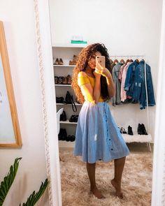 Essa foto com certeza se tornou uma das favoritas! O pôr do sol sempre entra bem no meu studio (como eu amo viver isso todas as tardes) e eu consegui registrar isso. Jesus é tão lindo e toda a sua criação reflete isso! Ah meu Abba, como eu espero ansiosa pra te ver! ✨❤️🙏🏻 Modest Church Outfits, Modest Summer Outfits, Long Skirt Outfits, Modest Wear, Modest Dresses, Casual Dresses, Casual Outfits, Cute Outfits, Church Outfit Fall