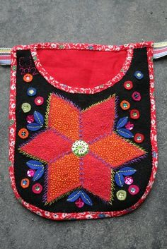 Tinsel embroidery, traditional swedish embroidery with my own touch Grannlåtsbroderi Scandinavian Embroidery, Swedish Embroidery, Wool Embroidery, Wool Applique, Embroidery Patterns, Sampler Quilts, Textiles, Embroidered Bag, Needle And Thread