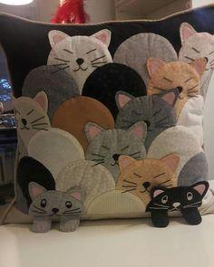 Almofadas patchwork feltro Ideas for 2019 Applique Pillows, Sewing Pillows, Diy Pillows, Cat Applique, Throw Pillows, Applique Ideas, Applique Patterns, Decorative Pillows, Cat Crafts