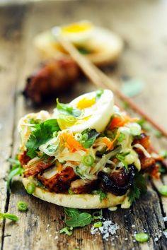 Mais pourquoi est-ce que je vous raconte ça... Dorian cuisine.com: Bánh mì burger mon poulet ! Parce que subitement j'avais envie d'un burger et d'un Bánh mì en même temps !!!