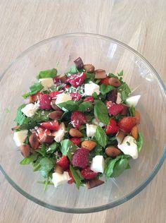 Salat til 2 personer    3 håndfulde frisk spinat 1/2 dl mandler  75 g friske hindbær  100 g friske jordbær  1/2 mozzarella kugle 1 spsk kokos flager Saft fra 1/2 lime.   Mandlerne ristet let på en tør pande -afkøles Spinat og bær vaskes  Spinat skæres i mindre stykker  Jordbær skæres i mindre stykker  Vend spinat, bær, mandler og mozzarella godt i lime saften.