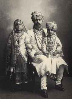 Wealthy Indian family wearing traditional costumes of India. XIX century old photo Royal Indian, Indian Man, Vintage India, Lewis Carroll, Jaisalmer, Udaipur, Vintage Photographs, Vintage Photos, Colonial India