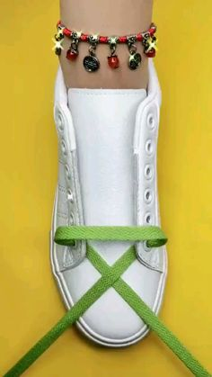 Ways To Lace Shoes, How To Tie Shoes, Tie Shoelaces, Shoelace Patterns, Diy Fashion Hacks, Everyday Hacks, Fun Diy Crafts, Clothing Hacks, Sewing Hacks