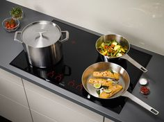 AEG Pure Black kookplaat. Wordt de kookplaat niet meer gebruikt, dan ligt er alleen een strak zwarte glasplaat in het werkblad.