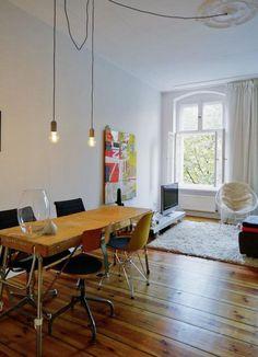 Einrichtungsinspiration: schöner Essbereich in toller 2-Zimmeraltbauwohnung in Berlin Mitte mit dielenboden, Holztisch und modernen Stühlen. #Berlin #Essbereich