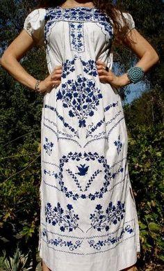 Clásico azul y blanco vestido bordado mexicano by Divonsir Borges