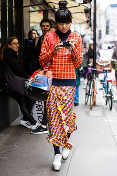 The best street style moments from London fashion week autumn winter Japanese Street Fashion, Cool Street Fashion, Pop Fashion, Asian Fashion, Denim Fashion, Fashion Brands, Womens Fashion, Fashion Websites, Fashion Edgy