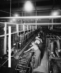 Manufacturing wellington boots at Dunlop Rubber Co Ltd Liverpool, 1940 Liverpool Museum, Liverpool Docks, Liverpool History, Liverpool Home, Living In England, Wellington Boot, Back In Time, Time Capsule, British History