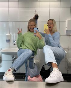 trendy outfits for school ; trendy outfits for summer ; trendy outfits for women ; Look Fashion, 90s Fashion, Fashion Outfits, British Fashion, Fashion Blogs, Fashionable Outfits, Green Fashion, Petite Fashion, Fashion 2020