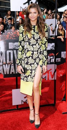 Pin for Later: She May Only Be but Zendaya Is Already a Style Icon Zendaya stopped to smell — er, wear — the roses in this yellow Emanuel Ungaro dress at the 2014 MTV Movie Awards. Zendaya Outfits, Zendaya Style, Zendaya Coleman, Mtv Movie Awards, Julia, Red Carpet Looks, Mellow Yellow, John Hardy, Short Dresses