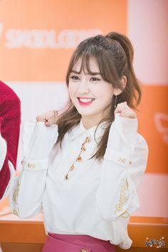 shes got such a pretty smile ♡ Jeon Somi, South Korean Girls, Korean Girl Groups, Elegant Wedding Hair, Korean Star, Cute Korean, Korean Celebrities, Korean Singer, Girl Crushes