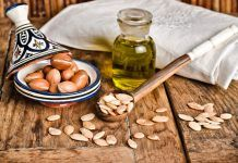 There is argan tree which is endemic to Morroco. From its kernels we get the argan oil. It has many health benefits such as strengthen the nails. Argan Oil Eyelashes, Natural Skin Moisturizer, Argan Oil Benefits, Pure Argan Oil, Jojoba Oil, Tips Belleza, Hair Oil, Beauty Secrets, Beauty Blogs