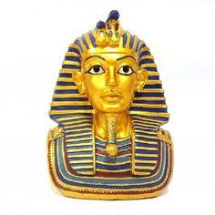 Busto Faraó Dourado 16 cm <br>Produzido em Resina com pintura especial. <br>Este faraó era o lendário Tutancamon, que teve sua múmia encontrada ao lado de artefatos em ouro, bacias cheias de grãos e uma inscrição egípcia prometendo que a morte afligiria todo aquele que viesse a perturbar o sono do faraó. Mesmo com seu tom ameaçador, aquele e outros avisos não foram capazes de sanar a cobiça dos saqueadores de tumbas que violaram o descanso de diversas outras múmias. Será que a maldição…