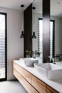 Blanco, negro y madera para el baño