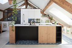 Küche mit gelungenem Materialmix  Ein spezieller Raum, kombiniert mit einem speziellen Boden, dazu eine spezielle Küche und fertig ist das einzigartige Raumgefühl.   Lass auch Du dich inspirieren. Dein bautrends.ch - Inspirationsteam . . #küche #küchenidee #küchendesign #küchenfront #küchenbau #neueküche #küchenreferenz #materialmix #kochinsel #küchenplanung #küchentyp #kücheninspiration #veriset #bautrends