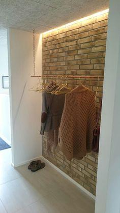 Entré med led strip, eventuelt med skiffervæg istedet for rå mursten.