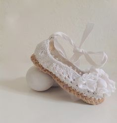 """Ballerines Retro-vintage """"Jardin andalou"""" en coton et lin blanc et semelle de corde : Mode Bébé par fewdayslater"""