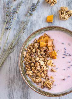 Granola lavande & mangue / healthy nibbles and bits (en anglais) Brunch Recipes, Breakfast Recipes, Lavender Recipes, Culinary Lavender, Eat Breakfast, Food Inspiration, Healthy Snacks, Yummy Food, Vegan Granola