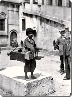 Eminonu / Istanbul New Mosque, shoeshine boy Pictures Of Turkeys, Old Pictures, Old Photos, Vintage Photos, History Photos, History Facts, Istanbul Pictures, Asia, Shopping Street
