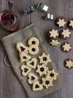 Linecké cukroví je náš vánoční evergreen. Nikdy nesmí na našem stole chybět, všichni ho milujeme a zmizí jako první. A protože je bezkonkure...