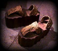 """Los Coturnos """"Era el calzado de suela de madera o corcho que llevaban los actores del teatro trágico de la antigua Grecia y Roma, con la suela más o menos gruesa según la categoría y el papel del actor."""""""
