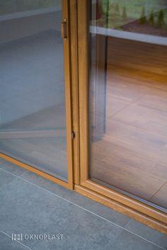 Moskitiera drzwiowa otwierana na zawiasach, umożliwiająca swobodne wyjście na balkon lub taras.