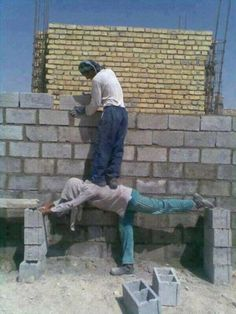 We all need a good laugh sometimes. Enjoys these goofy Memes! Stupid Guys, Stupid People, Funny People, Wtf Funny, Funny Memes, Safety Fail, Construction Fails, Darwin Awards, Mexican Memes
