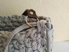 Posledný riadok hačkujeme okolo krúžkov tak, aby pevne držali Merino Wool Blanket, Diy And Crafts, Burlap, Reusable Tote Bags, Knitting, Crochet, Hessian Fabric, Tricot, Breien