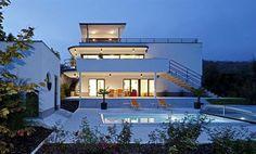 Dům je nositelem charakteristických znaků funkcionalismu. Čisté geometrické...