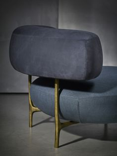 The different elements of the ELLA are connected by solid unique hand shaped bronze legs, giving it its unique artisanal character.