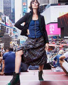Sogar am Times Square sticht einem Rettl 1868 Mode ins Auge 🏙🗽 Beide Outfits sind jetzt online in unserem Webshop erhältlich! Shops, Beide, Street Fashion, Lace Skirt, Times Square, Street Style, Skirts, Outfits, Eye
