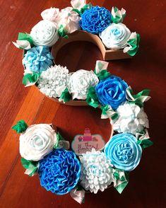 Cupcake Boquet, Cupcake Cakes, Candy Gift Box, Candy Gifts, Fancy Cakes, Cute Cakes, Monogram Cupcakes, Alphabet Cake, Cake Lettering