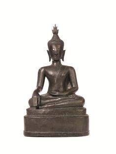 SCULTURA TAILANDIA SEC. XVIII in bronzo raffigurante Buddha assiso in sattvasana su una base a plinto, alt. cm 44 A BRONZE FIGURE OF BUDDHA THAILAND AYUTTHAYA PERIOD 18TH CENTURY