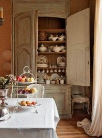 yellow cupboard Le Grillon Voyageur