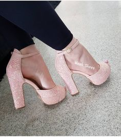 Ande com mas brilho....... WEEK SHOES Cute High Heels, Cute Shoes, Platform Shoes Heels, Pumps Heels, Dream Shoes, Crazy Shoes, Cool Girl Style, Girls Heels, A30