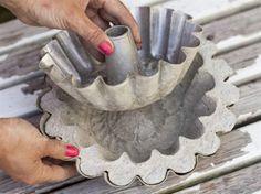 Låt brinna ett par dagar innan du lossar formen från betongen. Plantera fina blommor i krukan.