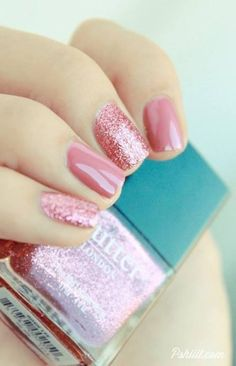 I like the opposite accent nail. Cute.