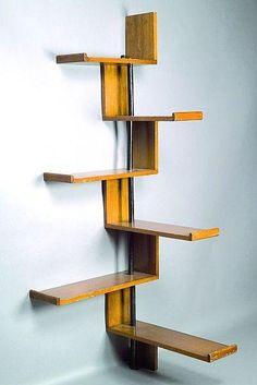 Jacques HITIER (1917-1999)    LA MAITRISE (éditeur) Étagère d''angle en chêne, bouts d''étagères arrondis, montants métalliques laqués noi