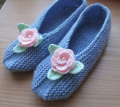 I want to try on these cozy knit Slippers associated with needles and decorated with knitted flowers. To associate them quite simply, schemes of knitting patterns. Love Knitting, Knitting Socks, Knitting Stitches, Hand Knitting, Knitting Patterns, Knitting Machine, Knitting Needles, Stitch Patterns, Crochet Hats