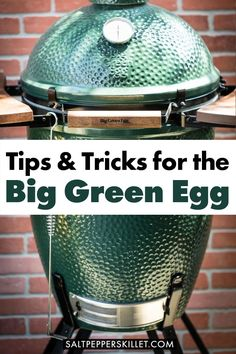 23 of the best tips and tricks to get you started and cooking with the amazing Big Green Egg Kamado smoker bbq. Big Green Egg Ribs, Big Green Egg Brisket, Big Green Egg Smoker, Big Green Egg Table, Green Egg Grill, Big Green Eggs, Green Egg Pizza, Kamado Grill, Bbq Grill