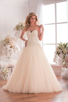 The combination of the ball gown skirt and strapless sweetheart neckline of this gown makes it an extravagant dress for your wedding day. Elaborate embroidery beading on tulle gives the dress a flowy and glamorous feeling.