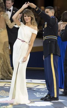 Awkward As Hell: Trump & Melania Share Thier First Dance As President & First Lady At Inaugural Ball Estilo Fashion, Look Fashion, Ideias Fashion, Fashion Outfits, Womens Fashion, Fashion Tips, Fashion Design, Ladies Fashion, Donald Trump Family