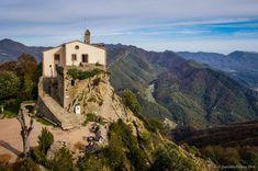 Uno de los puntos más singulares de la comarca de Osona es la Sierra de Bellmunt, desde cuya cima se puede disfrutar de unas espectaculares vistas.